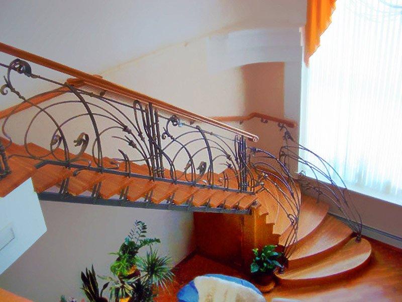 Деревянная лестница с коваными перилами К 1001