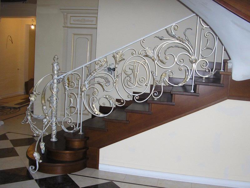 Деревянная лестница с коваными перилами К 1002