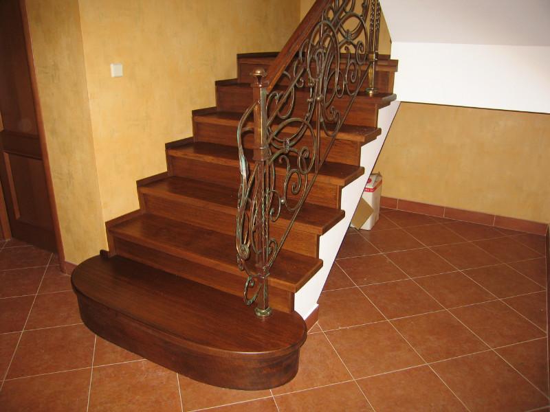 Деревянная лестница с коваными перилами К 1003