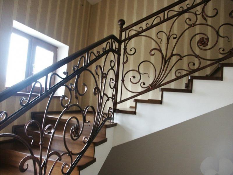Деревянная лестница с коваными перилами К 1004