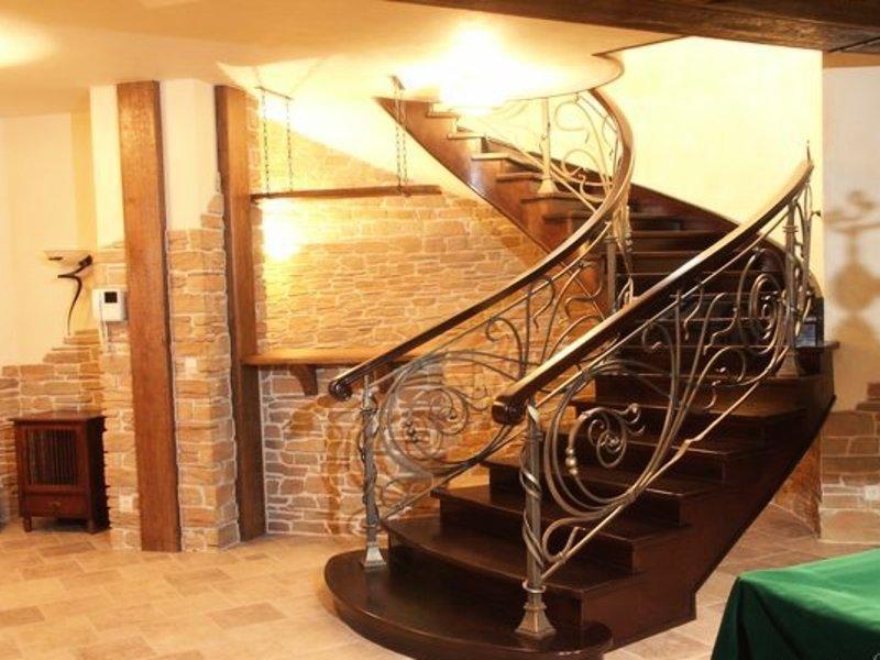 Деревянная лестница с коваными перилами К 1005