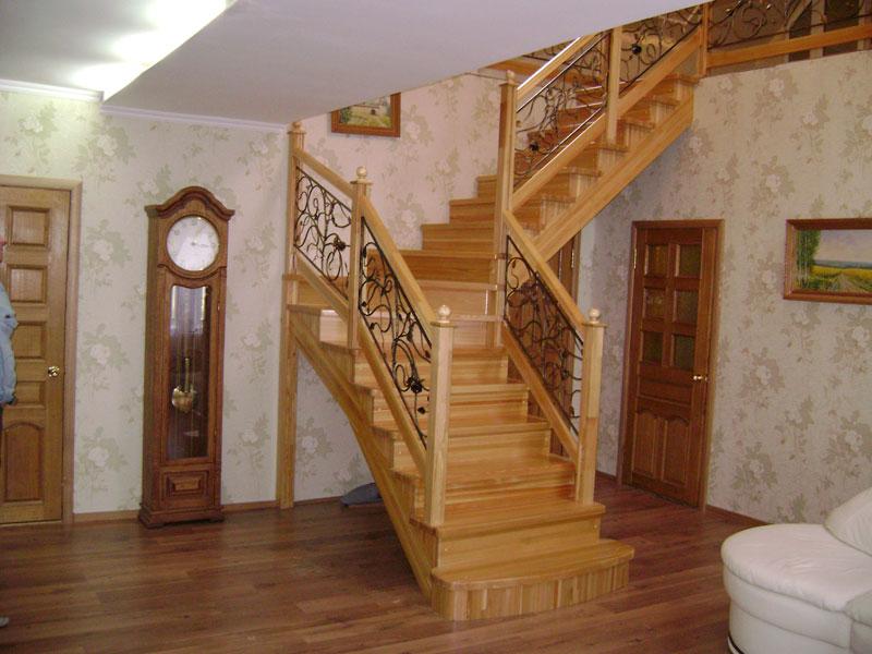 Деревянная лестница с коваными перилами К 1007