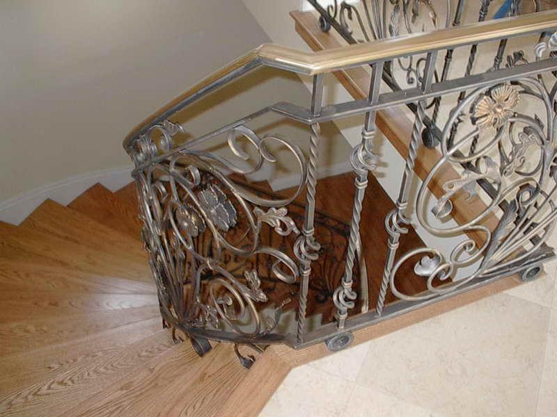 Деревянная лестница с коваными перилами К 1008