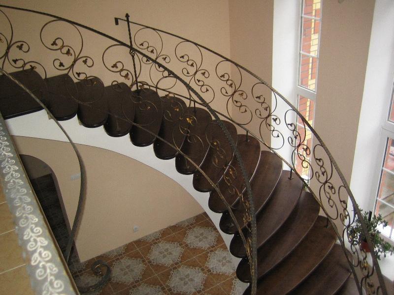 Деревянная лестница с коваными перилами К 1009