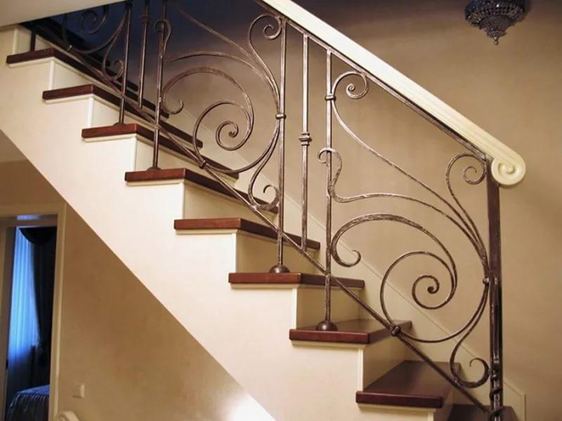 Деревянная лестница с коваными перилами К 1010