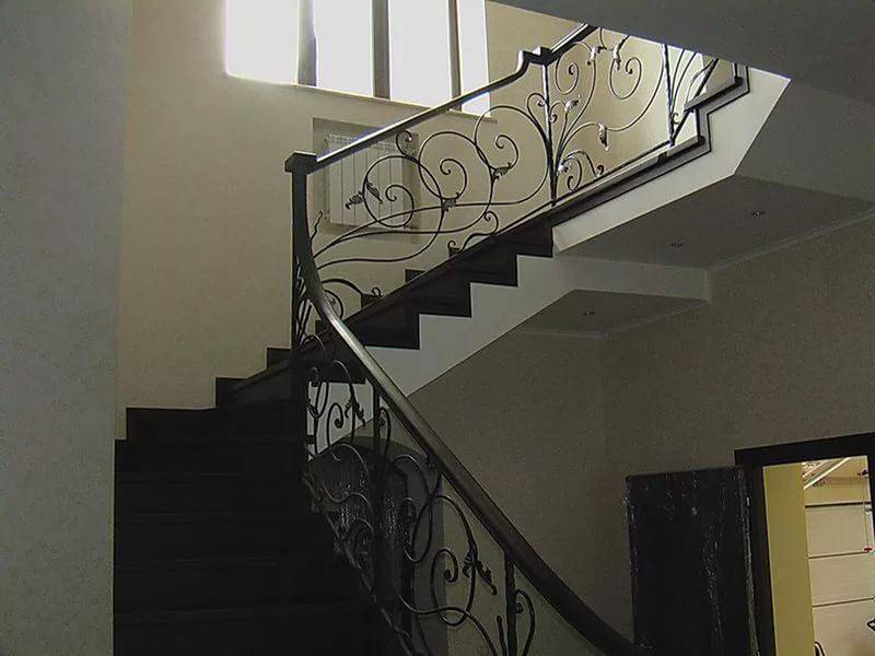 Деревянная лестница с коваными перилами К 1012