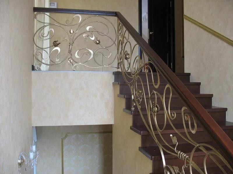 Деревянная лестница с коваными перилами К 1013