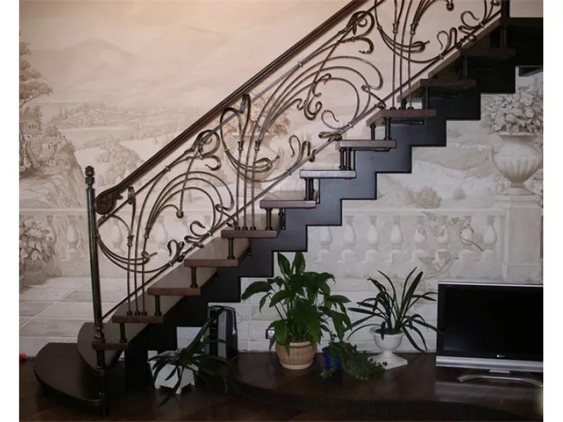 Деревянная лестница с коваными перилами К 1014