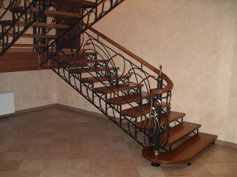 Деревянная лестница с коваными перилами К 1015