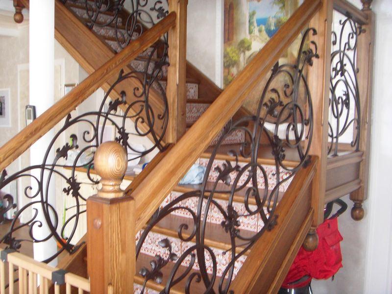 Деревянная лестница с коваными перилами К 1016