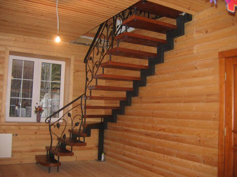 Деревянная лестница с коваными перилами К 1017