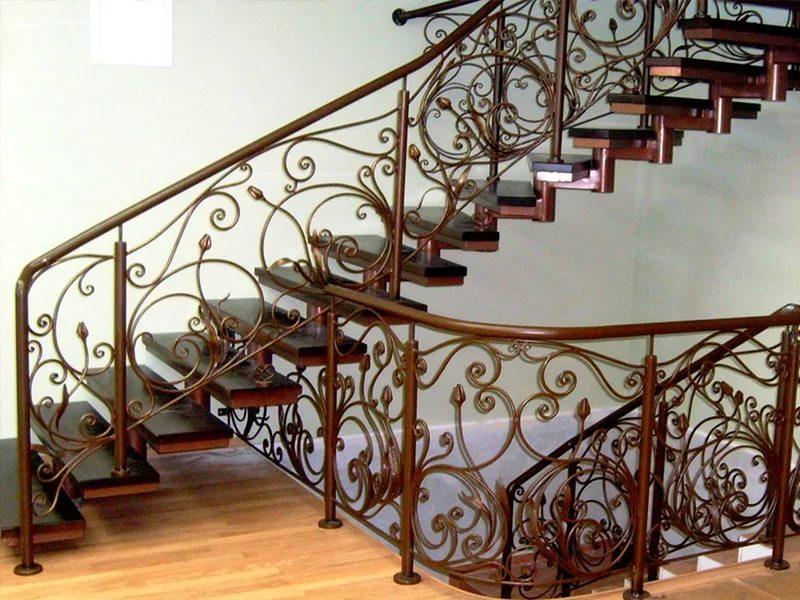 Деревянная лестница с коваными перилами К 1018