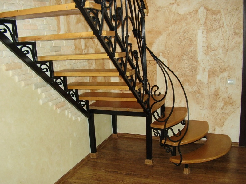 Деревянная лестница с коваными перилами К 1019