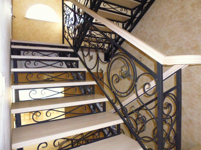 Деревянная лестница с коваными перилами К 1020