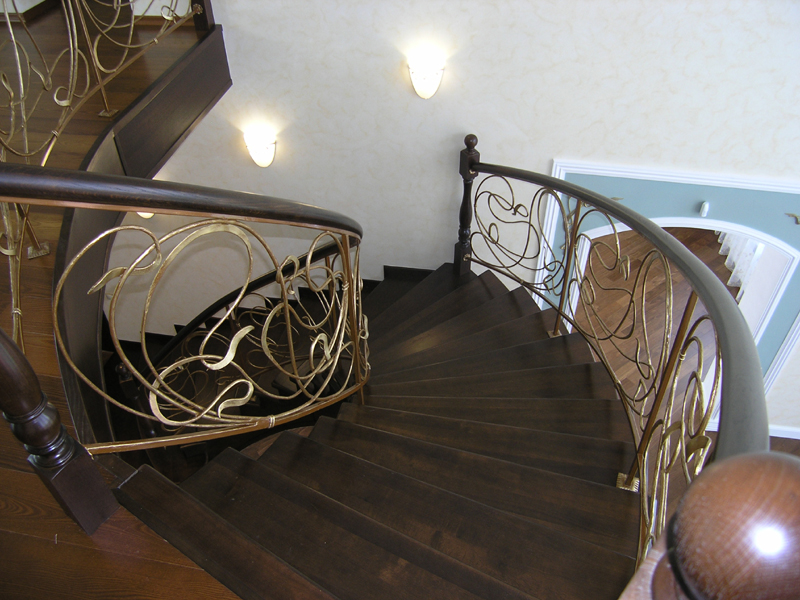 Деревянная лестница с коваными перилами К 1021