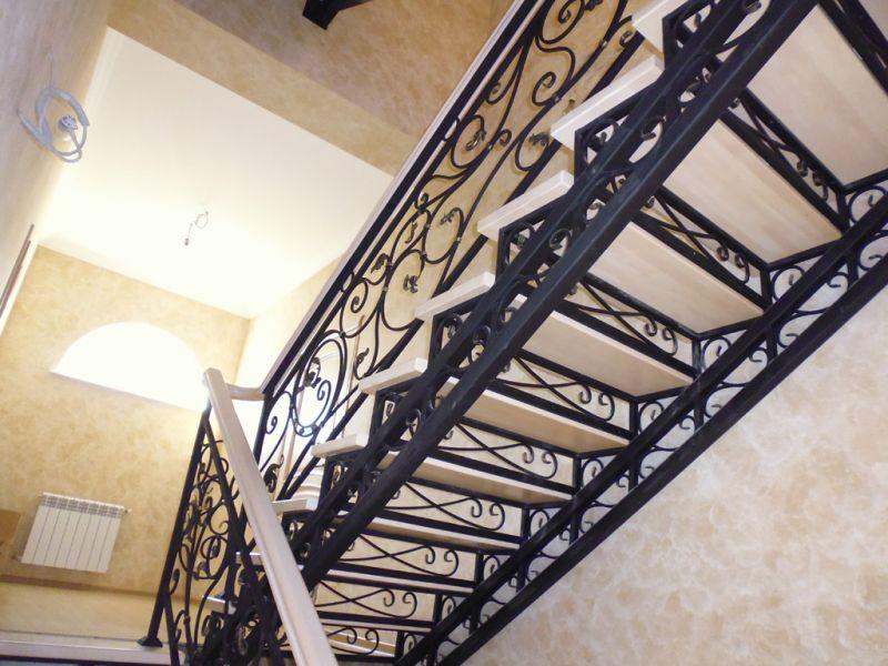 Деревянная лестница с коваными перилами К 1022