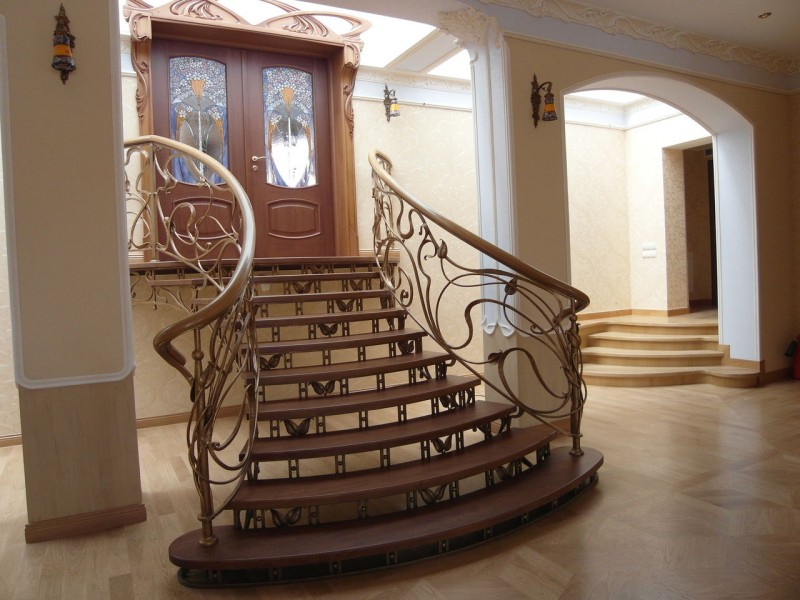 Деревянная лестница с коваными перилами К 1023
