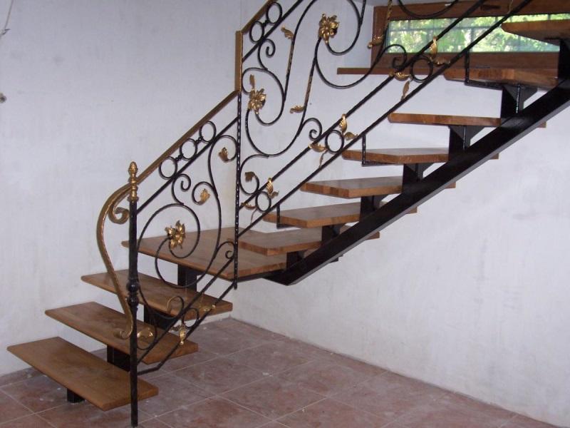 Деревянная лестница с коваными перилами К 1024