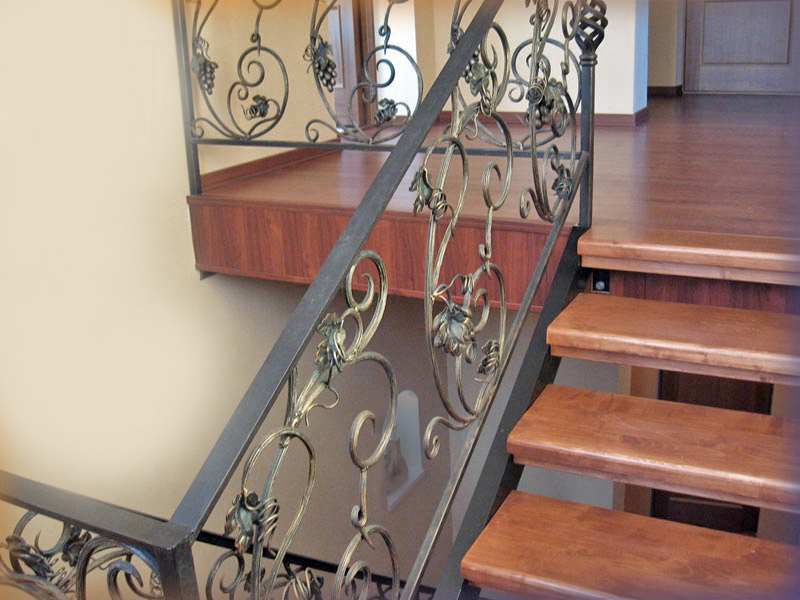 Деревянная лестница с коваными перилами К 1025