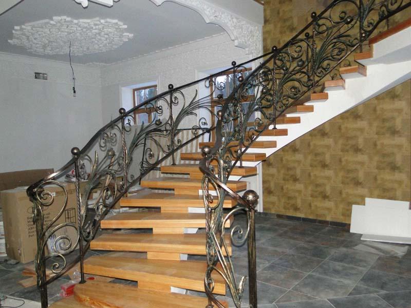 Деревянная лестница с коваными перилами К 1026