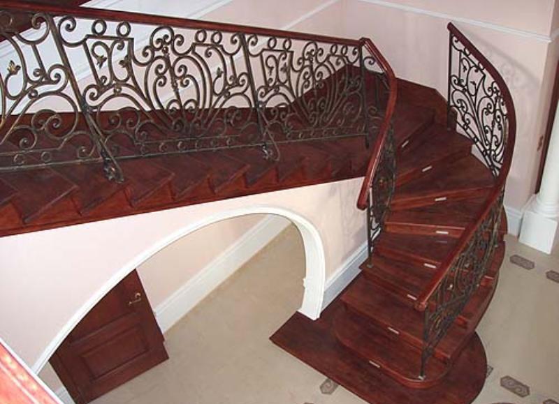 Деревянная лестница с коваными перилами К 1027