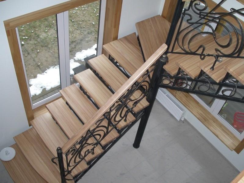 Деревянная лестница с коваными перилами К 1028