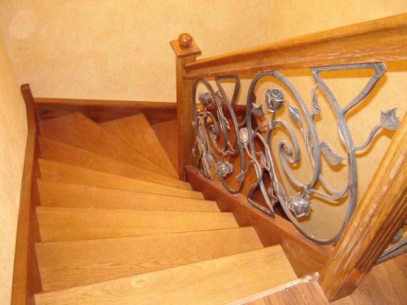 Деревянная лестница с коваными перилами К 1029