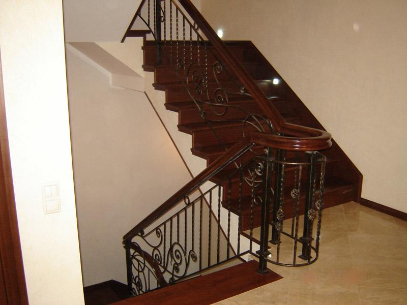 Деревянная лестница с коваными перилами К 1030