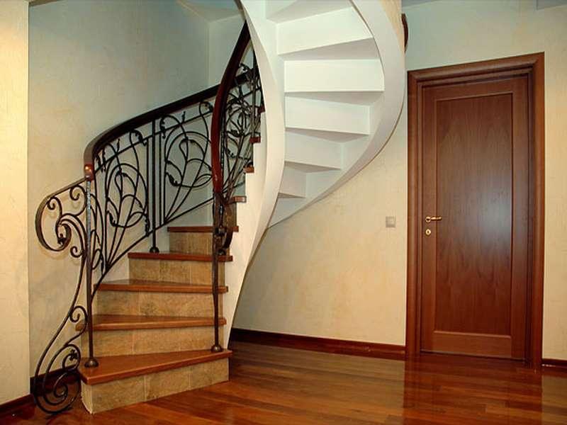 Деревянная лестница с коваными перилами К 1031