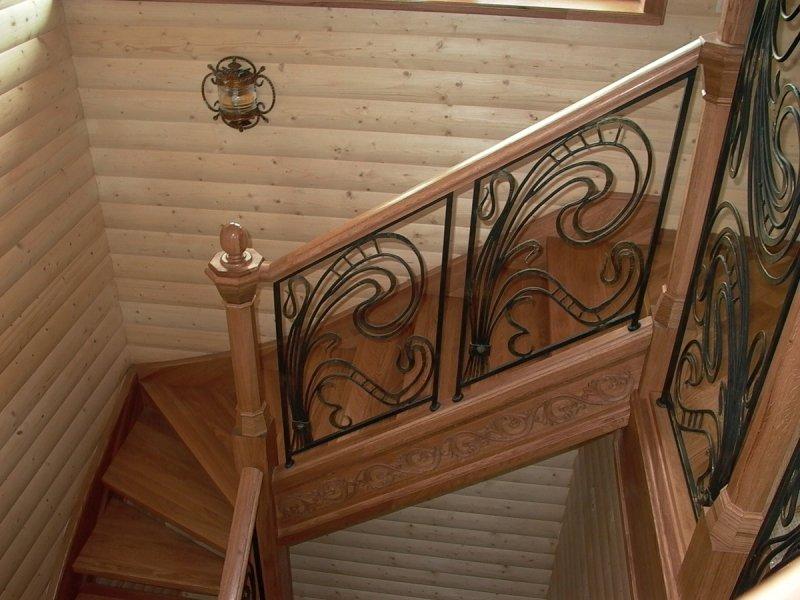 Деревянная лестница с коваными перилами К 1032