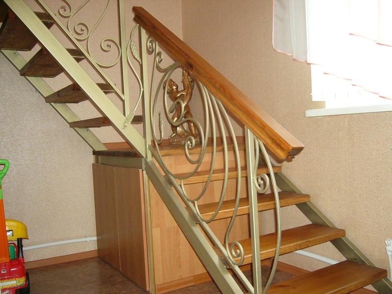 Деревянная лестница с коваными перилами К 1033
