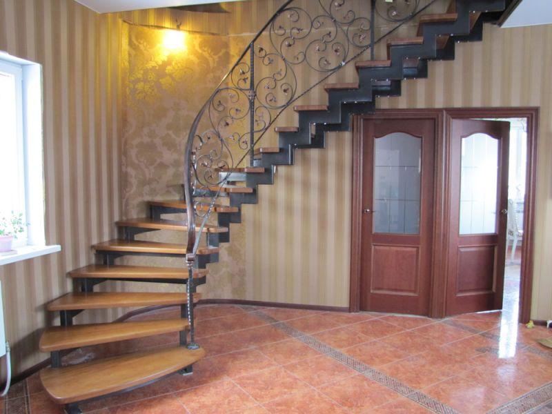 Деревянная лестница с коваными перилами К 1034