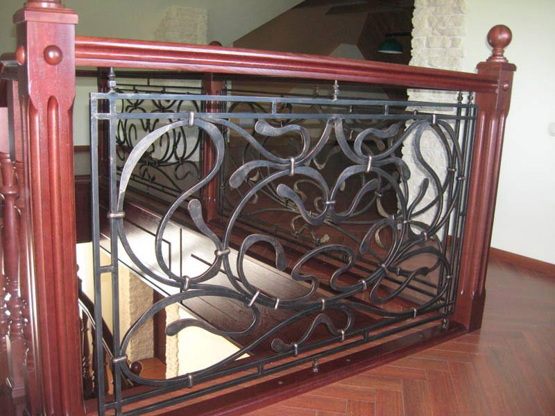 Деревянная лестница с коваными перилами К 1035