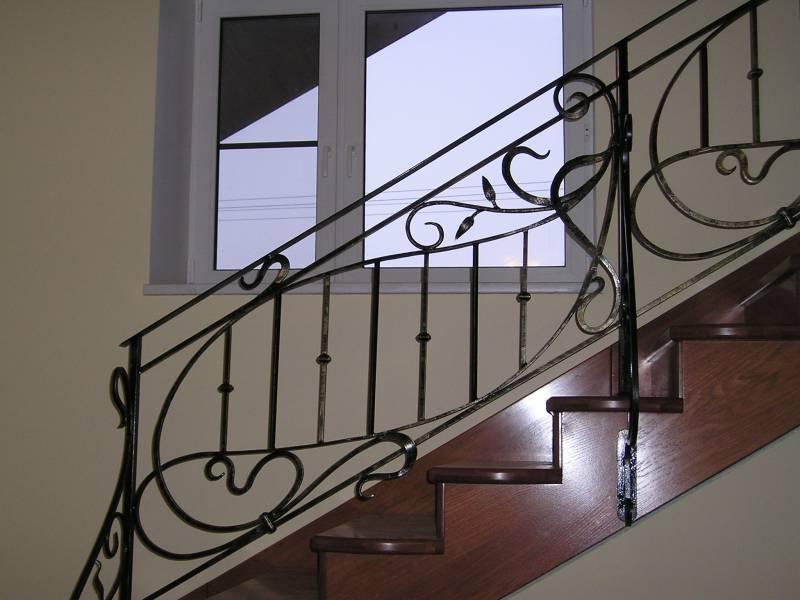 Деревянная лестница с коваными перилами К 1036