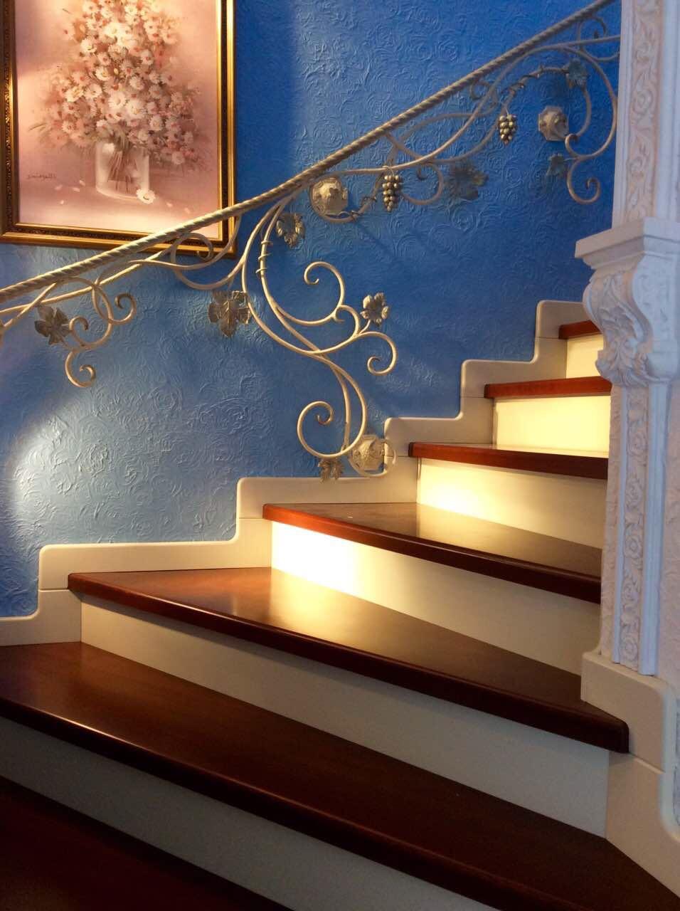 Деревянная лестница с коваными перилами К 1037