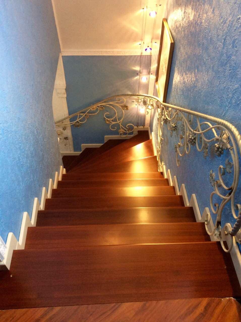 Деревянная лестница с коваными перилами К 1038