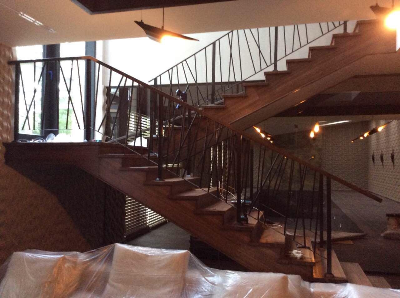 Деревянная лестница с коваными перилами К 1039