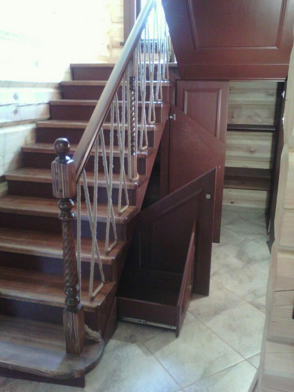 Деревянная лестница с коваными перилами К 1040
