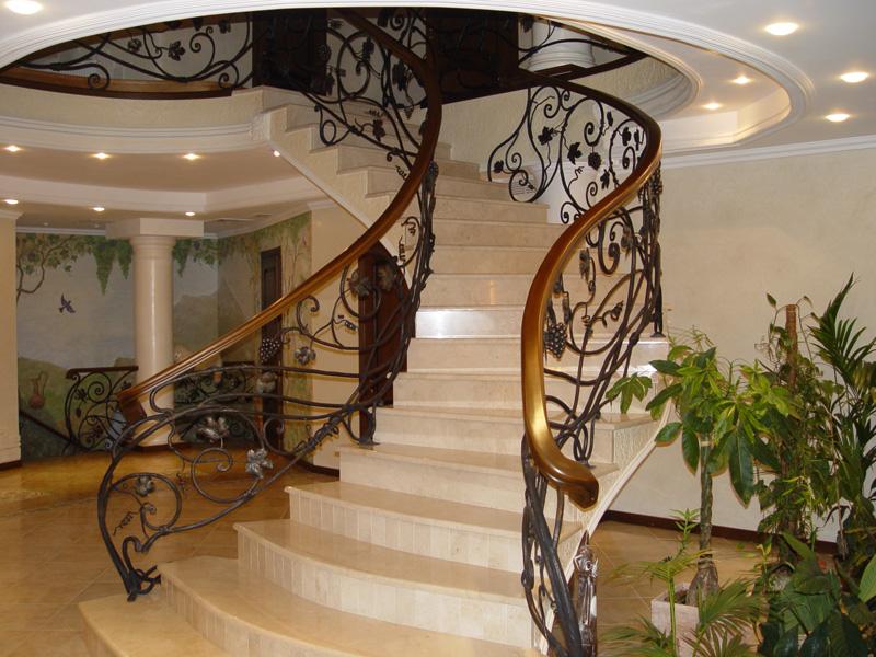Лестница из камня с элементами ковки К 1001