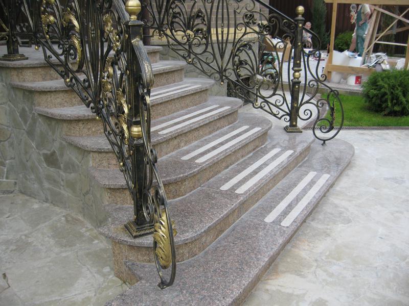 Лестница из камня с элементами ковки К 1004