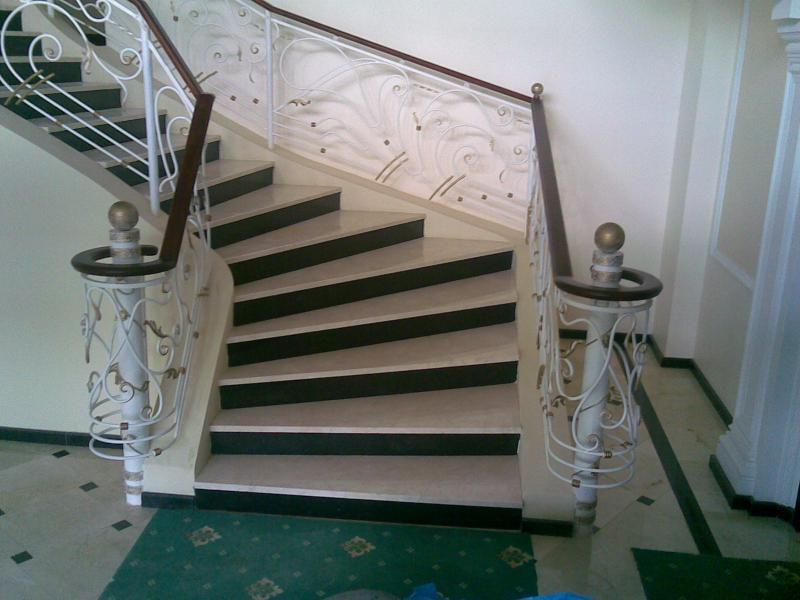 Лестница из камня с элементами ковки К 1005