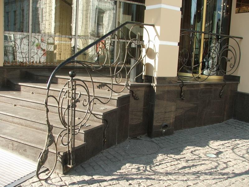 Лестница из камня с элементами ковки К 1006