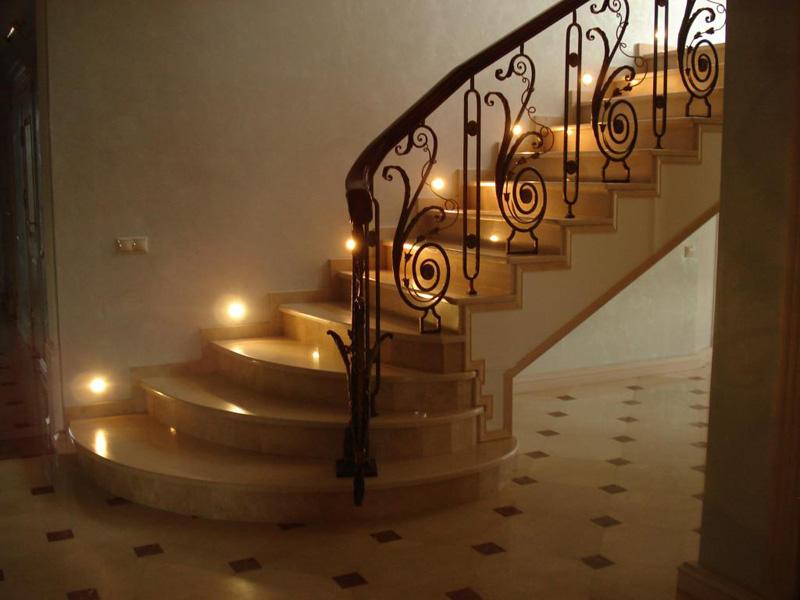 Лестница из камня с элементами ковки К 1007