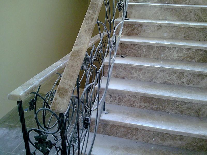 Лестница из камня с элементами ковки К 1008
