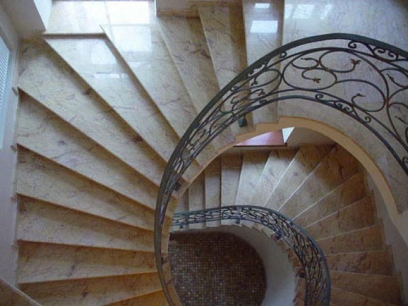 Лестница из камня с элементами ковки К 1009