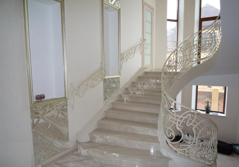 Лестница из камня с элементами ковки К 1012