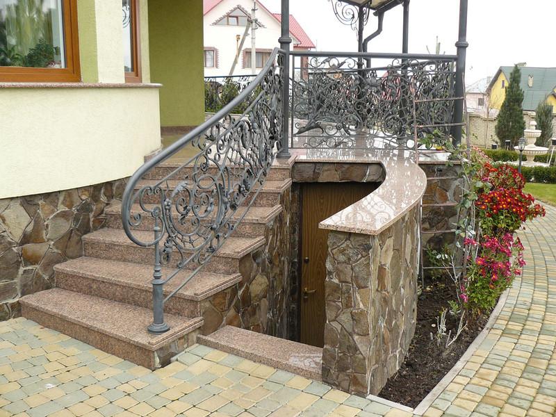 Лестница из камня с элементами ковки К 1014