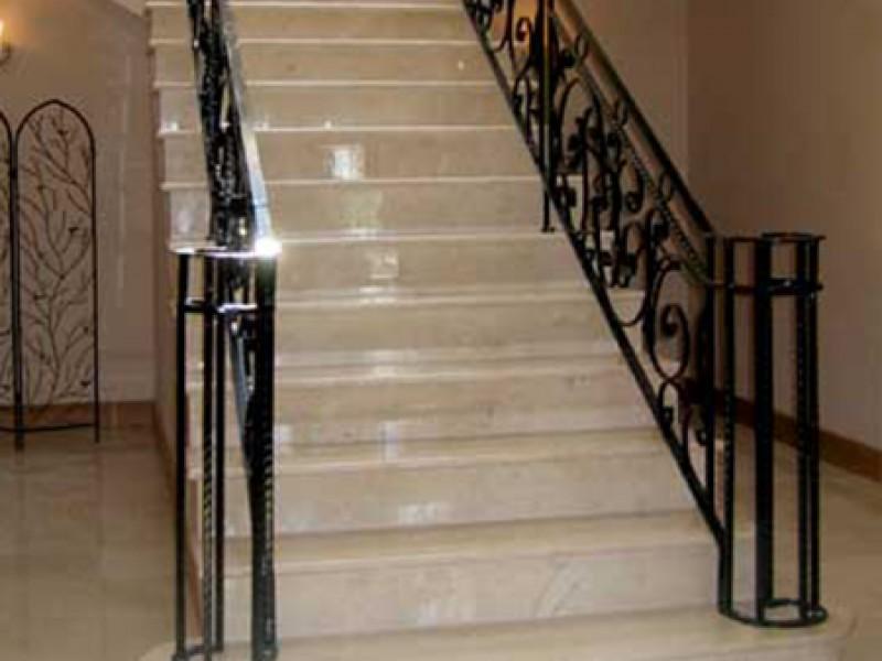 Лестница из камня с элементами ковки К 1019