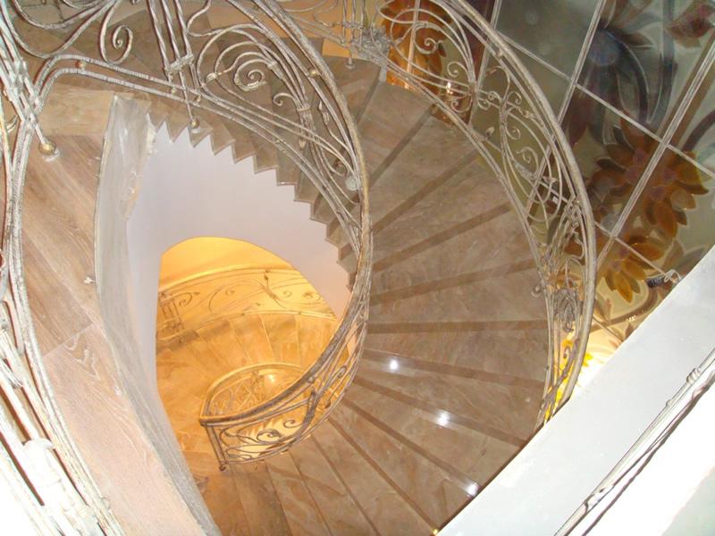 Лестница из камня с элементами ковки К 1020