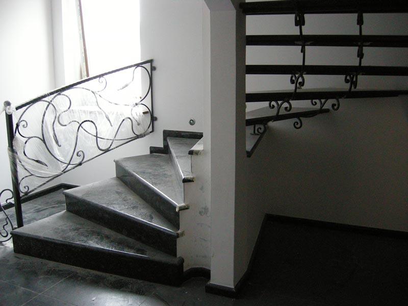 Лестница из камня с элементами ковки К 1023